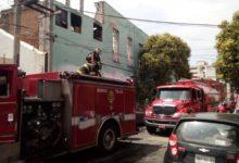 Bomberos atendiendo incendio