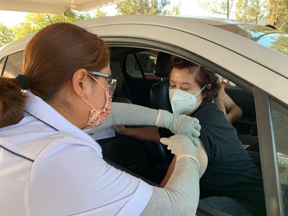 Joven recibiendo vacuna