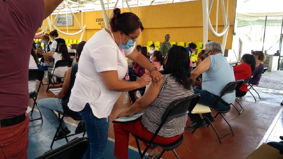 Enfermero vacunando a mujer