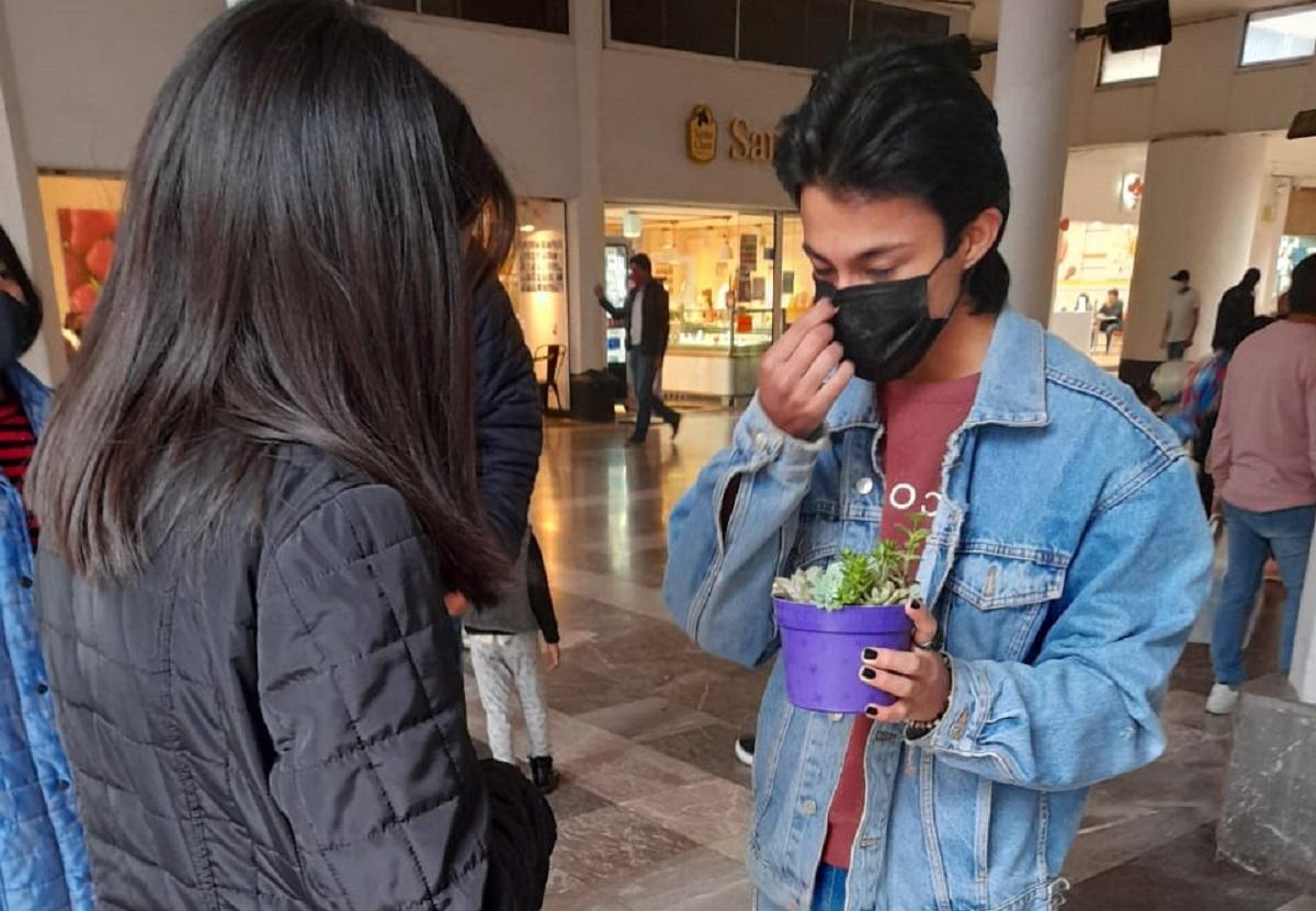 El joven vendiendo sus plantas