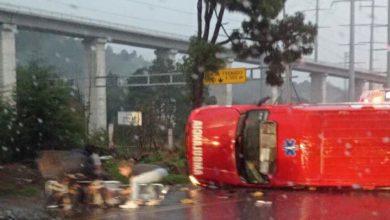 La ambulancia volcada en la carretera México-Toluca
