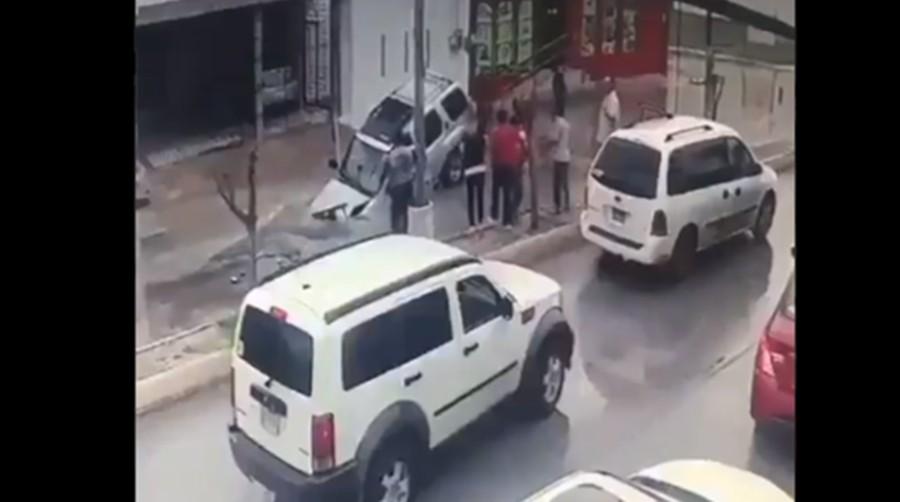 cae auto a socavón
