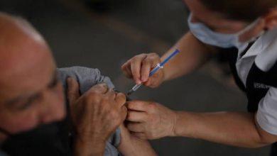 Enfermera aplicando la vacuna